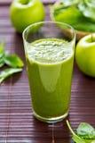 Spinazie en appel smoothie stock foto