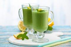 Spinazie smoothie met munt Stock Afbeeldingen