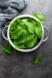 spinazie Verse spinaziebladeren in kom stock foto's