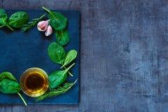 Spinaziebladeren en olijfolie Royalty-vrije Stock Foto