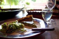Spinaziequiche en salade op zonnige dag in openlucht wordt gegeten die Stock Afbeeldingen
