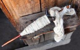 Spindel för rotering av jungfrulig ull för yak, för får eller för get Royaltyfri Bild