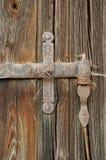 Spindelnät på det gamla gångjärnet på trädörrarna Royaltyfria Foton