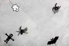 Spindlar för för för för allhelgonaaftonpappersspöke, slagträ, skelett och gummi Arkivfoto