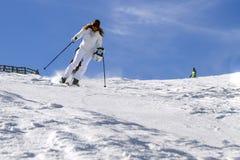 SPINDLERUV MLYN, TJECKIEN på mars 03 2013 Ung aktiv kvinnaskidåkning på lutningarna av bergen på en solig dag för vinter Arkivfoto