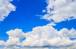 Spindrift chmurnieje na niebieskiego nieba tle Obrazy Royalty Free