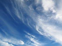 Spindrift chmurnieje na niebieskim niebie Obraz Stock