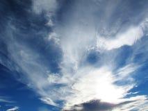 Spindrift chmurnieje na niebieskim niebie przed zmierzchem Fotografia Stock