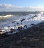 spindrifting在海岸的风和水 库存照片