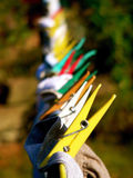 Spine di vestiti su una riga Fotografie Stock