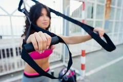 Spinga aumenta l'allenamento di forma fisica con le cinghie del trx Immagine Stock