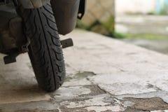 Spinga il motociclo, davanti alla casa, versione 2 fotografie stock