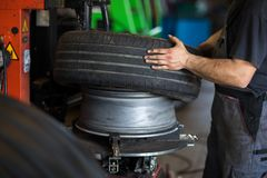 Spinga l'equilibratura o la riparazione e cambi la gomma di automobile a servizio automatico fotografia stock libera da diritti