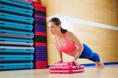 Spinga verso l'alto l'allenamento di esercizio della donna di spinta-UPS Fotografie Stock Libere da Diritti