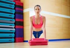 Spinga verso l'alto l'allenamento di esercizio della donna di spinta-UPS Fotografie Stock