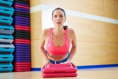 Spinga verso l'alto l'allenamento di esercizio della donna di spinta-UPS Immagini Stock Libere da Diritti