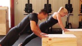 Spinga verso l'alto l'esercizio in una scatola adatta dell'incrocio stock footage