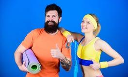 Spingendo nel limite Successo atletico Attrezzatura di sport Addestramento sportivo delle coppie con la stuoia ed il salto della  fotografie stock