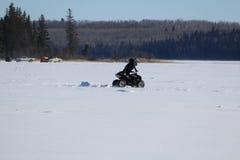 Spingendo un quadrato da una carreggiata in mezzo ad un lago congelato Immagine Stock Libera da Diritti