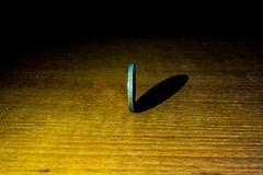 Spining moneta na drewnianym tle zbiory