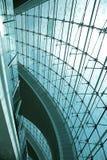 Spinklemmen die het glasbinnenland van de Luchthaven van Doubai opzetten royalty-vrije stock afbeeldingen