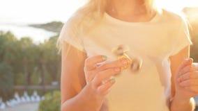 Spinnare eller nervöst skruva på sig handleksak som roterar på handen för flicka` s arkivfilmer