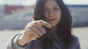 Spinnare eller nervöst skruva på sig handleksak som roterar på handen för kvinna` s Flickasnurrspinnare stock video