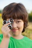 Spinnare i handen av ett barn som ler i naturen på en sommar Royaltyfri Fotografi