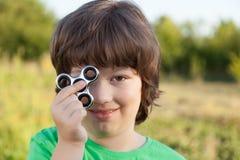 Spinnare i handen av ett barn som ler i naturen på en sommar Fotografering för Bildbyråer