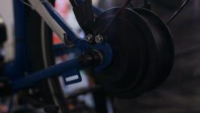 Spinnen, de dienst en de reparatiewerkplaats van het fietswiel, die het werk capaciteit controleren stock footage