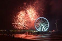 Spinnend Ferris Wheel met vuurwerk bij de pijler van Scheveningen, dichtbij Den Haag, Nederland royalty-vrije stock afbeelding