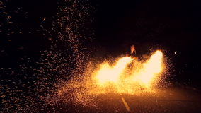 Spinnend vuurwerkwiel, fonkelt rond allen De brand toont Vuurwerk stock videobeelden