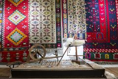Spinnende Ausrüstung für Chiprovtsi legt Wolldecken mit Teppich aus Stockbild