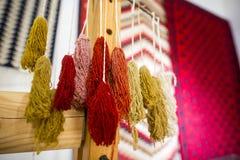 Spinnende Ausrüstung für Chiprovtsi legt Wolldecken mit Teppich aus Lizenzfreie Stockbilder