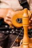 Spinnende Baumwolle des Handwerkers Stockfotos