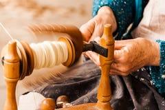 Spinnende Baumwolle des Handwerkers Lizenzfreie Stockfotos