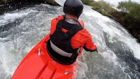 360 spinnende camera, whitewater kayaker stock video
