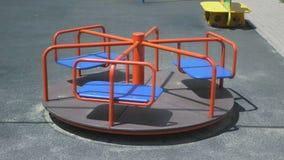 Spinnende carrousel op de speelplaats stock footage