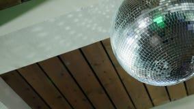 Spinnende discobal onder een houten plafond stock footage