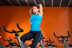 Spinnende Frau Aerobic, die Übungen nach Training ausdehnt Lizenzfreie Stockfotografie