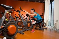 Spinnende Frau Aerobic, die Übungen nach Training ausdehnt Lizenzfreies Stockfoto