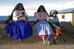 Spinnende Frauen auf Amantani Insel Stockfotos