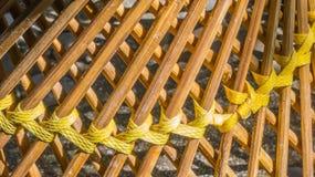 Spinnende gelbe Plastiklinien mit hölzernen Stöcken Lizenzfreie Stockfotos