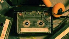 Spinnende Kassette in einem Walkman und in einigen alten Kassetten stock video footage