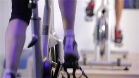 Spinnende Klasse: Füße Radfahren stock video