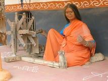 Spinnende Statue der indischen Frau Stockfotografie