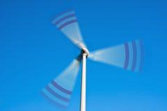 Spinnende Windkraftanlage Stockbilder
