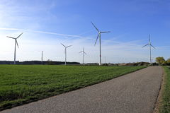 Spinnende Windkraftanlage, Neigungsschuß Lizenzfreie Stockfotos