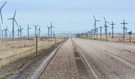 Spinnende Windkraftanlagen des Straßenlaufs Lizenzfreie Stockfotografie