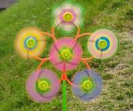 Spinnende Windmühlen in der Wiese Stockfotografie